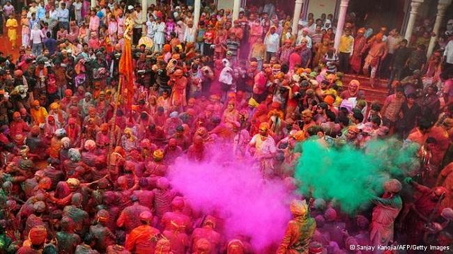 Lễ hội ném bột màu độc đáo ở Ấn Độ