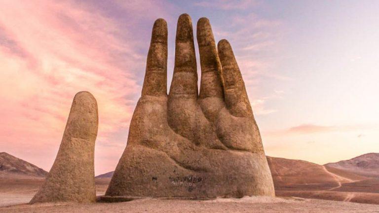 Khám phá  vẻ đẹp của bàn tay nằm ở sa mạc Atacama, Chile