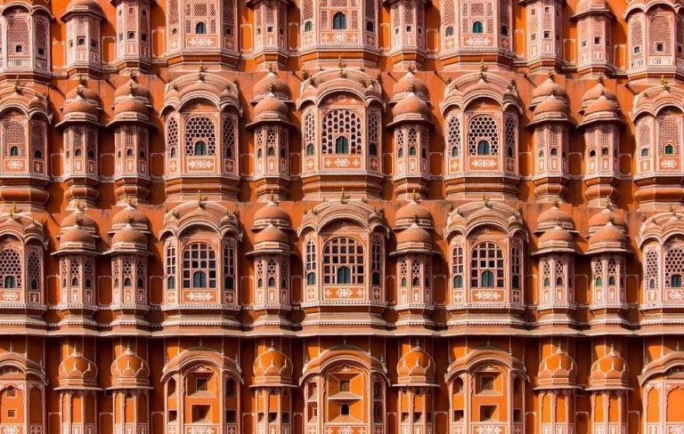 Tìm hiểu về cung điện 5 tầng nổi tiếng ở Ấn Độ với 1.000 ô cửa sổ