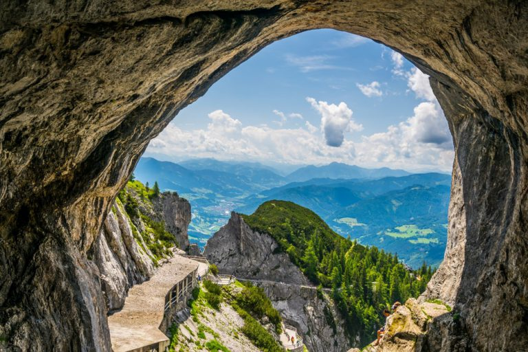 Vẻ đẹp hút hồn của động băng lớn nhất thế giới ở Áo